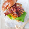 Hamburger Hawaii met gegrilde ananas, honey glazed bacon en samourai saus